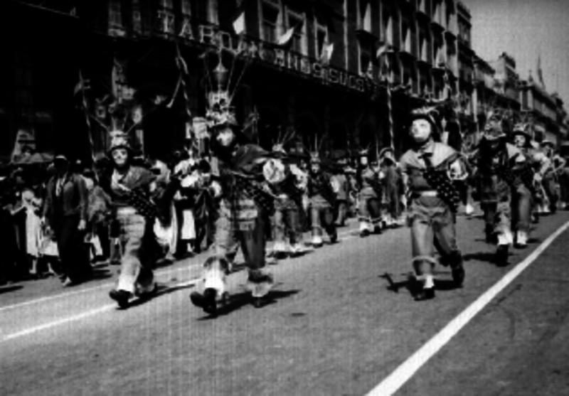 Bailarines danzando en una calle